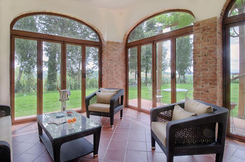 Gallery agriturismo pallerino toscana piscina tenni for Balcone chiuso da vetrate